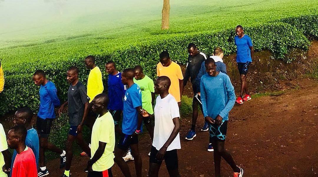 肯尼亚跑者的跑步训练Fartlek day, 30 x 1' \/...