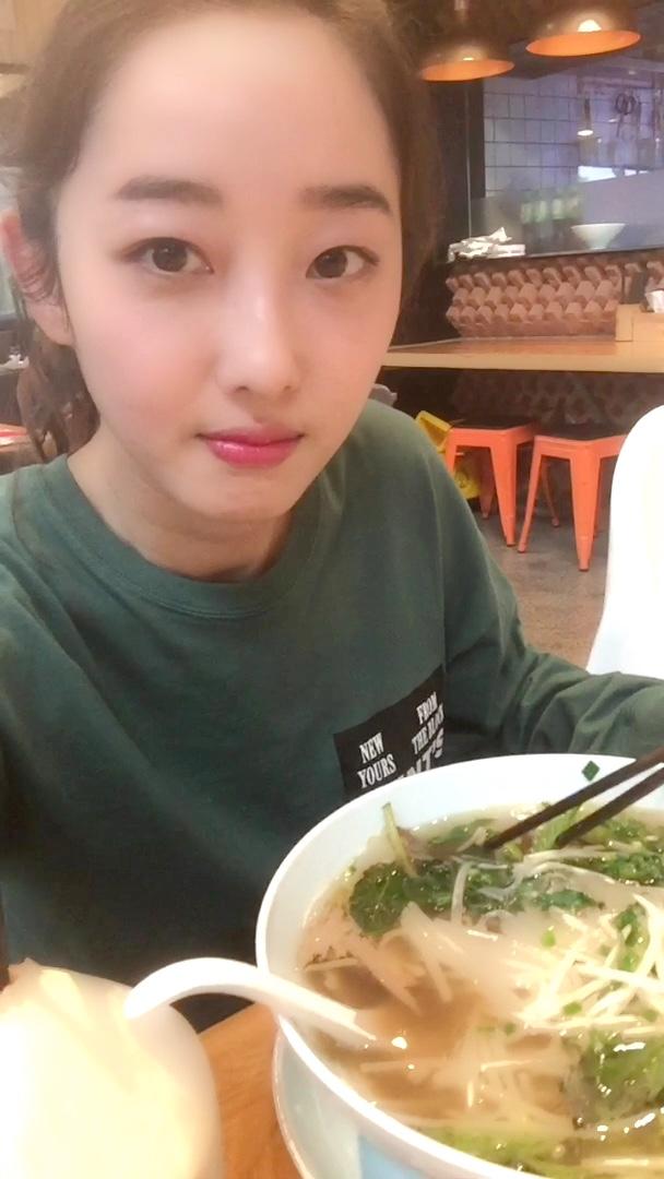 网友偶遇蒋梦婕吃烤肠 解放吃货天性尽显反差萌