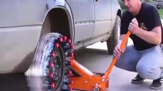 外国牛人用可乐做的轮胎,给汽车装上去后,有人要搭车的吗?