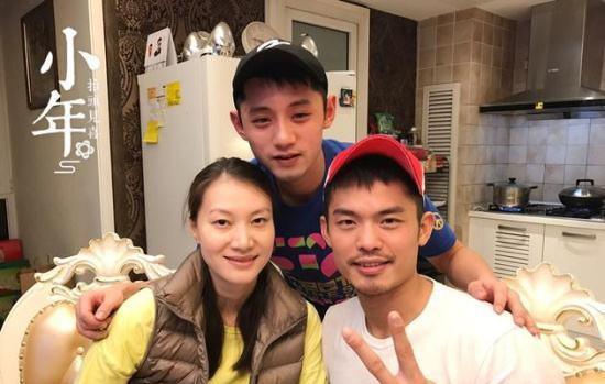 林丹为谢杏芳庆37岁生日,夫妻相拥很甜蜜,谢杏芳一脸陶醉