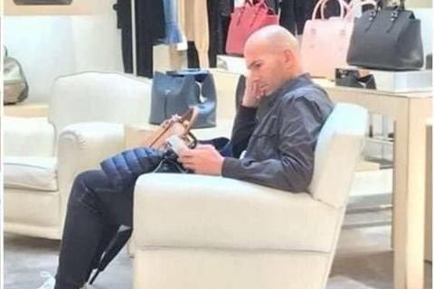 齐达内陪老婆逛街!妻子试衣服他拎包玩手机 拿几个欧冠你都得等着