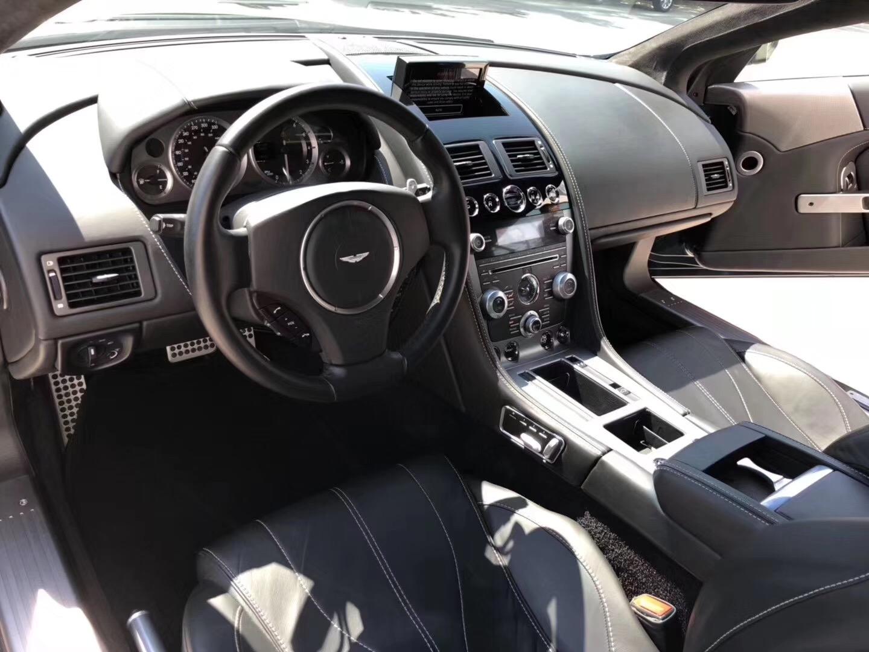 世界公认的绅士汽车,却很少人懂,阿斯顿马丁DB9 西装皮鞋