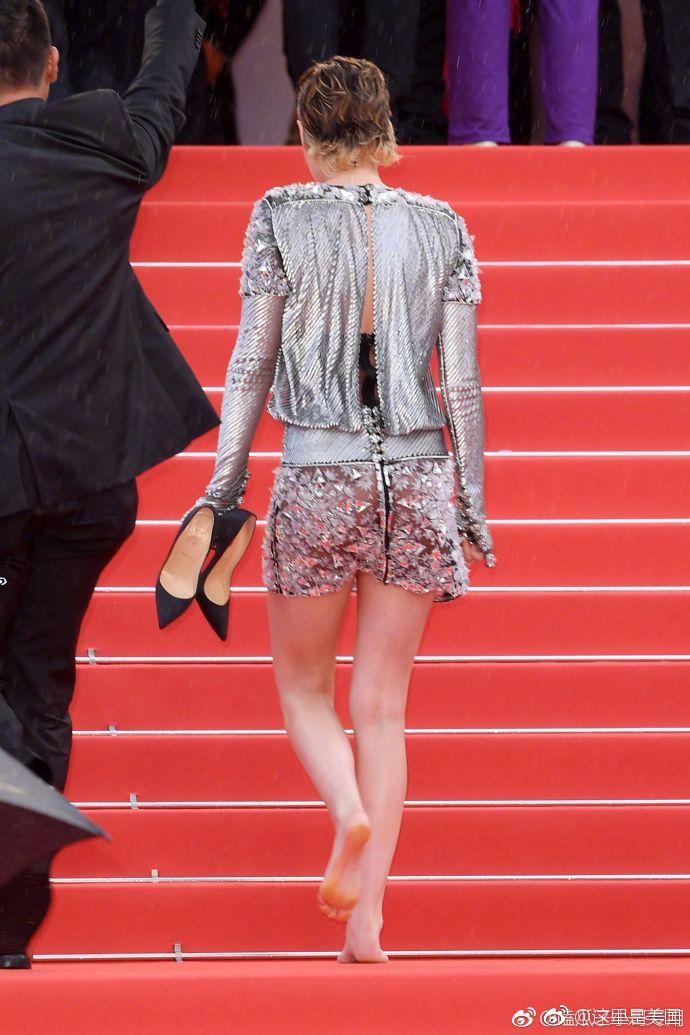 小k克里斯汀斯图尔特在戛纳电影节红毯上,用手机v手机告诉我们春宫图实际电影图片