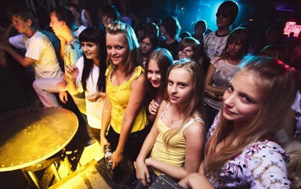 """俄罗斯儿童""""夜店""""尺度大,美女泛滥,只允许18岁以下图片"""