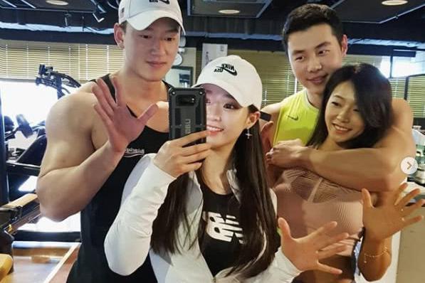 韩国姐妹花爱健身 被健身教练撩走