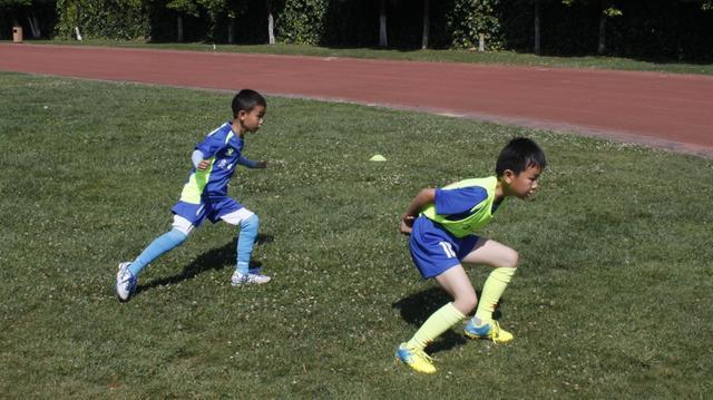 昆明少儿足球训练日志(三)练习二过一配合使之
