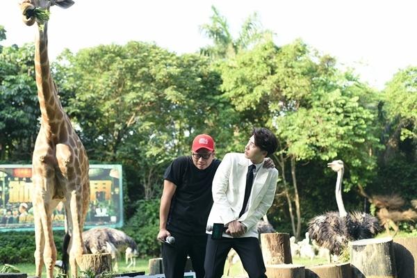 《动物世界》现身广州长隆 李易峰全程紧盯长颈鹿