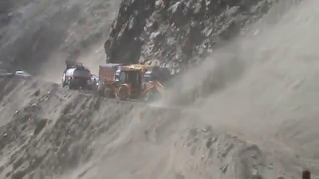 大货车塌方处强行行驶,总担心会出事,技术高胆量大!?
