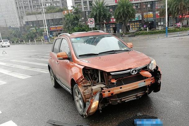 长城M4撞击欧尚A800,长城车主:都是国产车,这差距我无法接受