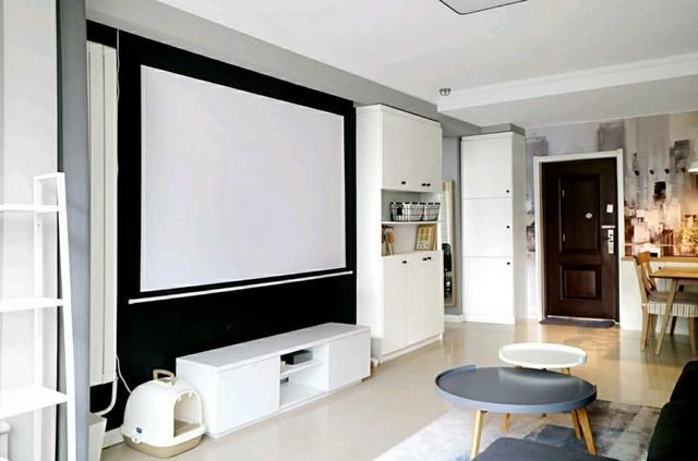 客厅电视墙涂刷了黑板漆,选择了投影加幕布的方式,平时收起幕布后