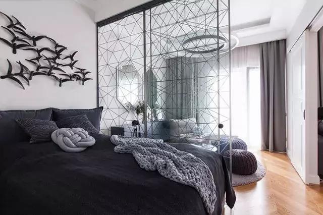 48平米现代公寓,卧室利用玻璃隔断,创造出两个区域图片