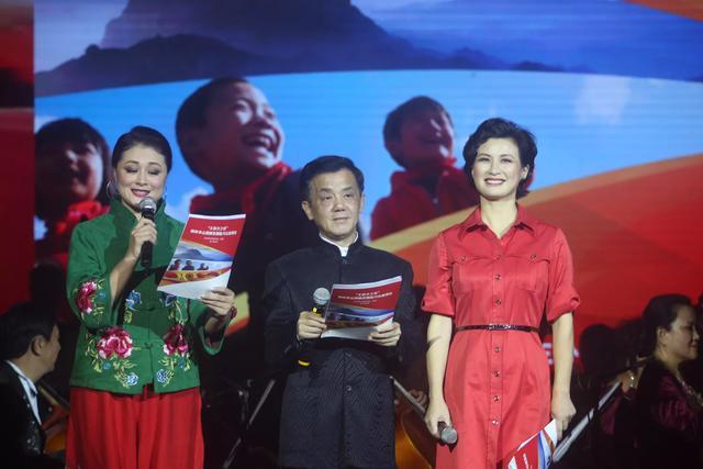 舞台上的邓小林和于月仙,现在的他依然在舞台上演绎相声作品.图片