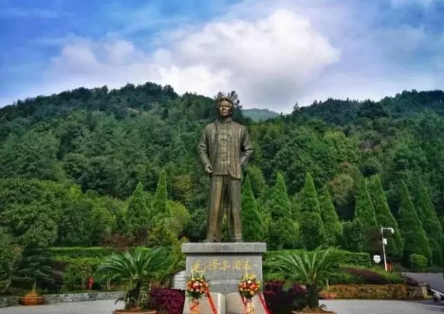 距离县城23公里,昌铜高速铜鼓天柱峰入口6公里的茶山林场,位于汤里