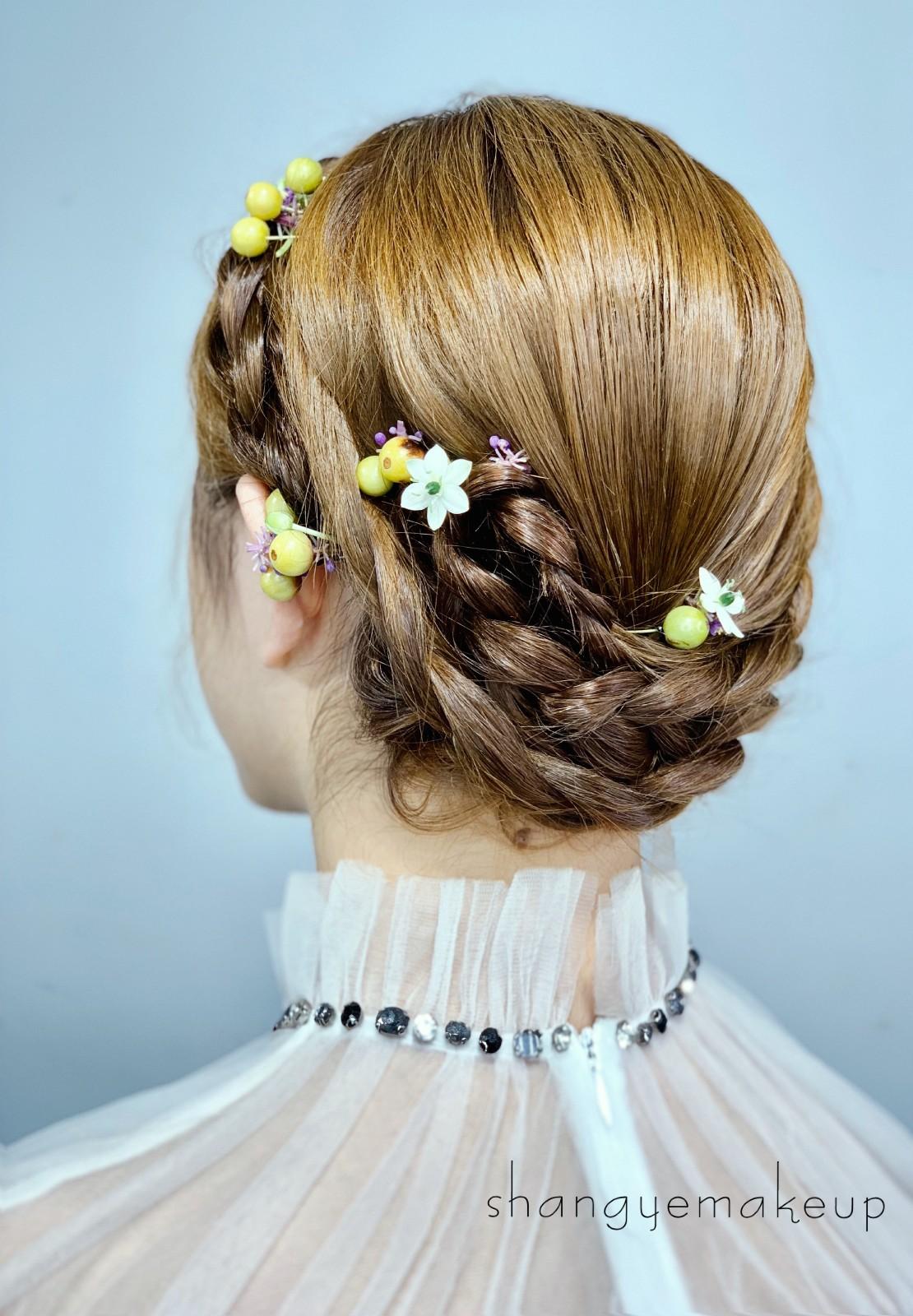 时尚编发+浪漫鲜花,简约干净的森系新娘造型图片