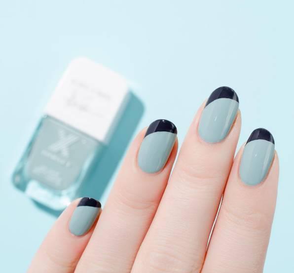 对于女人来说,变美贵在折腾,小小的十个手指,甚至脚趾,也有各种颜色各种造型。最近又出现了新的流行,把干花做成美甲,今年不妨考虑尝试清新的干花美甲吧。 x 指甲也要戴花 指甲的衍变出现原本是为了保护手指末端皮肤,而现在它们却成了姑娘们做造型装饰自己的一部分。 唐朝时期,就流行用凤仙花染指甲,美甲的风尚自古就有了。英国贵族和清朝皇室也都有留甲的传统,修长洁白的指甲既是为了美,也是身份尊贵不用干活的象征。 不同时期、不同种族,对美的追求都是一样的。我们小时候,就会摘凤仙花来给指甲染色了。  今天美甲不再是身份