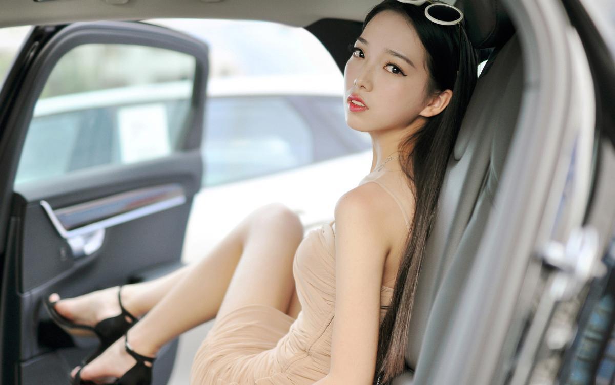 meinuse_美女搭配裸色吊带裙高跟鞋 墨镜很时尚在车里美腻自拍