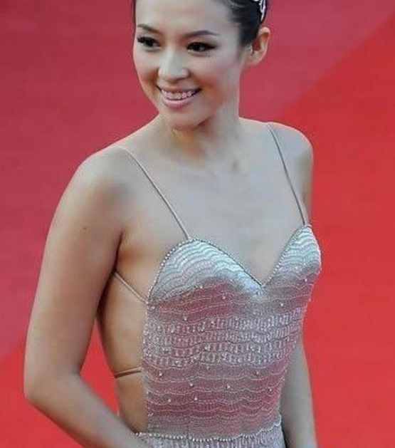 女明星走红毯出丑,林志玲张馨予服装尴尬,最后一个不厚道的笑了