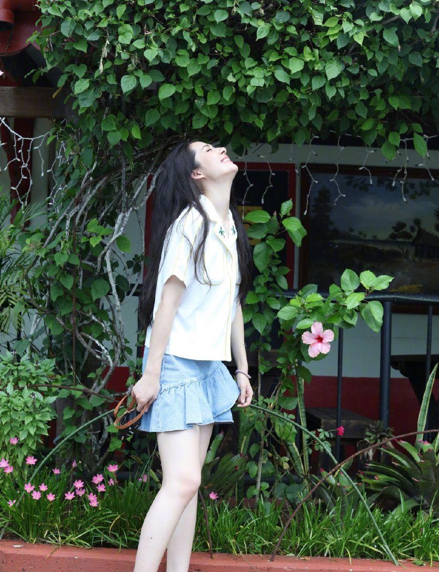 34岁郭碧婷变身18岁少女,亮色碎花裙显俏皮可爱,网友