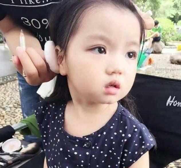 阿拉蕾的眼间距较大,鼻子也不属于高挺的,长大后应该不属于标准美女图片