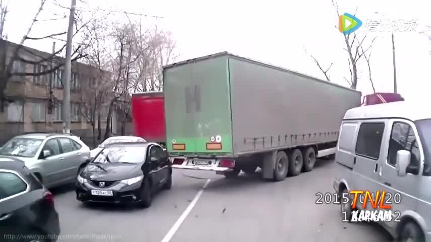 你拖我的车,倒是让司机下来。可怜的小飞度,就这样让跟大车走了