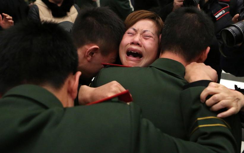 儿子快醒醒妈来接你回家了,母亲送别烈士儿子,悲伤落泪的霎时