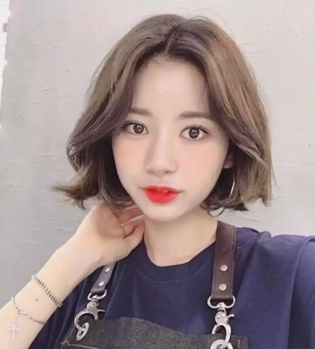 2018年最流行的短发女  短发是这两年非常非常流行的一款女生发型,不