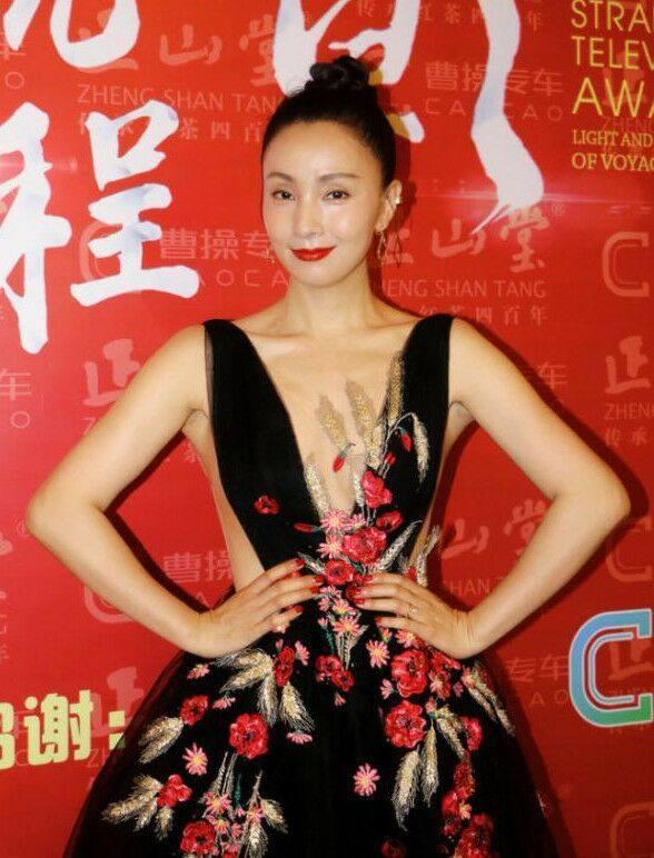 46岁陶虹透视裙下穿皮裤,撞衫21岁的关晓彤却完胜她