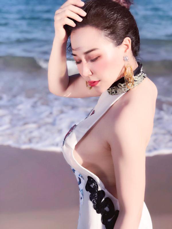 话题演员安娜金三亚度假 美背写真照尽显女神范(组图)