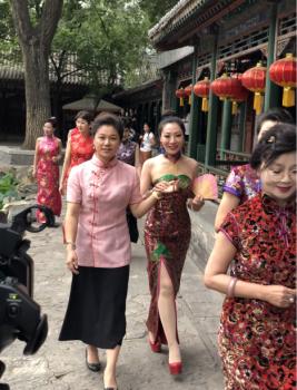 """李玉华/""""华贵缘""""旗袍设计师李玉华为观众分享设计理念。"""