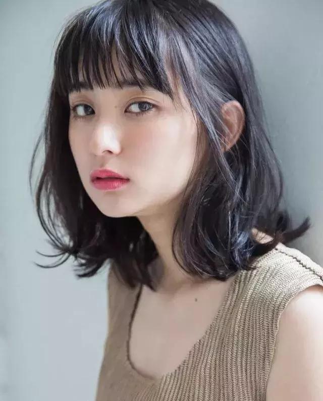 像这种碎发齐刘海,发尾处有点往外翘的齐肩微卷发型,蛮适合圆脸女生的图片
