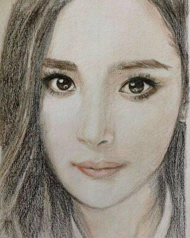 唐嫣的素描照,一双大眼睛炯炯有神.