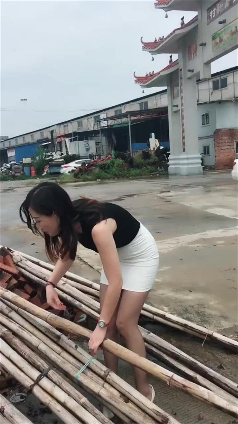 乡村少妇穿搭紧身裙,彰显勤劳气质很迷人