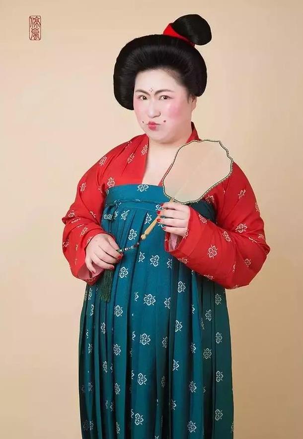 180斤胖女孩拍的这组照片,女明星都来模仿,谁说胖子穿图片