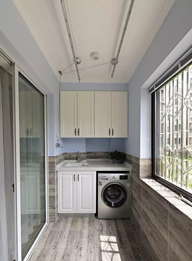 洗衣房阳台的台面没有用作洗手台,可以用来摆放些装饰品,点缀出生活图片