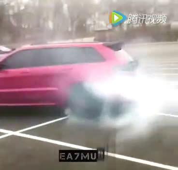 SUV在停车场漂移,轮胎呀!冒烟啊  