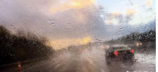 高速公路上突遇暴雨或大风时,在应急车道短暂停留是否违章?