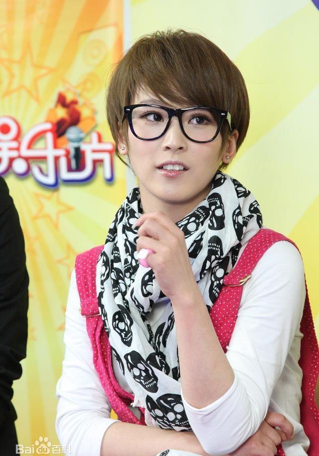 长头发的谢楠穿恨天高和吴京发布会上秀恩爱, 吴京护着她以防摔跤图片