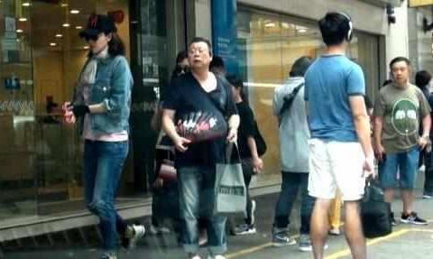 安以轩挺孕肚,助力杨丞琳演唱会,网友:明星怀孕真的只胖肚子