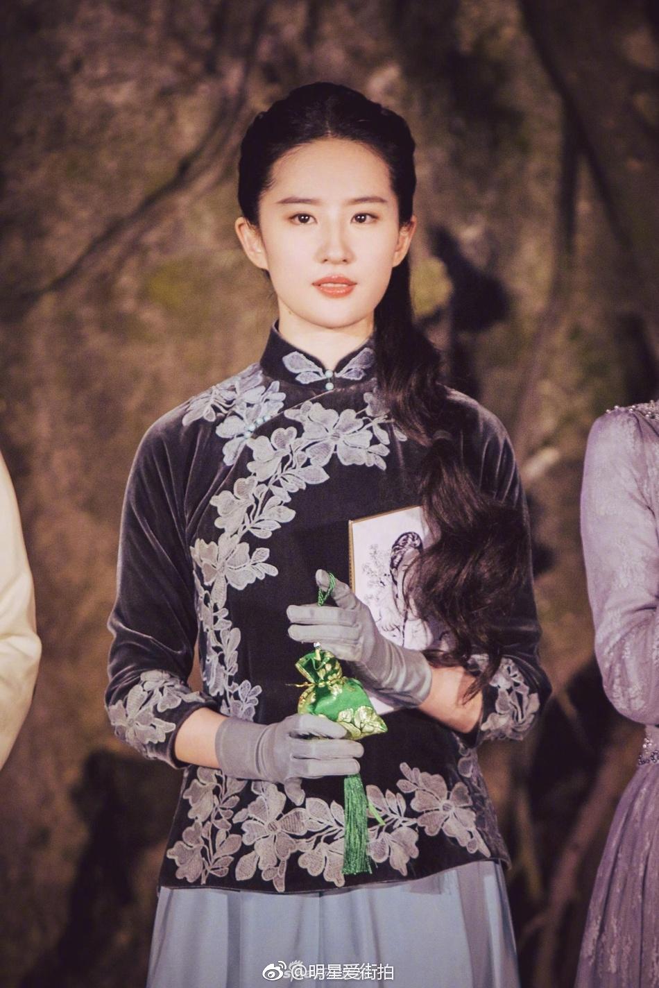 刘亦菲末路民国服饰发布电视剧《南烟斋一身》出席,扎着歪笔录电视剧《全集》辫子爱奇艺图片