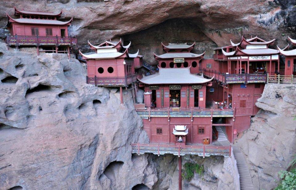 甘露岩寺隐藏于赤石深壑之中,岩穴高80多米,深和上部宽约有30多米,但