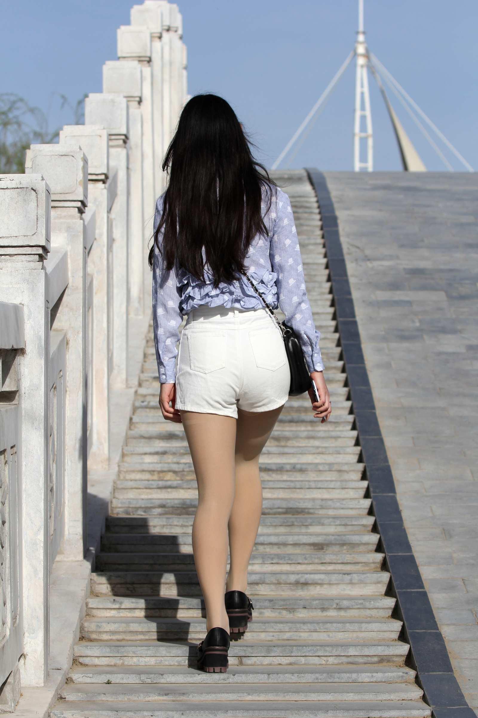 桥上看风景的热裤美女,背影很清纯