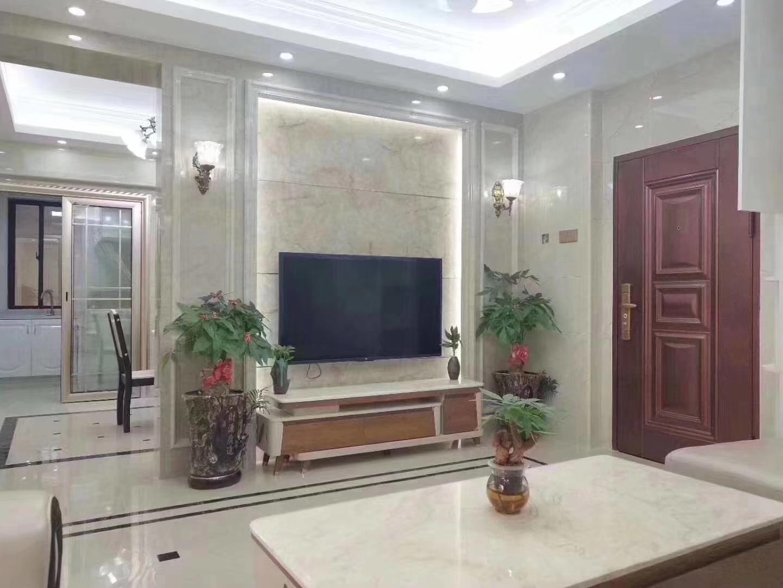 沙发背景墙和客厅的地板都是瓷砖,不过地板瓷砖多了一些黑色的小方块