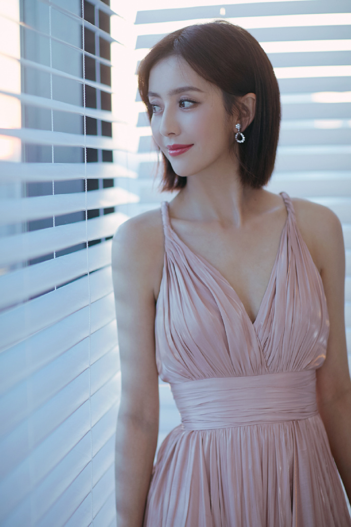 佟丽娅改走屁股风,深V身材裙秀性感,如雪图片的性感肌肤女神最吊带图片