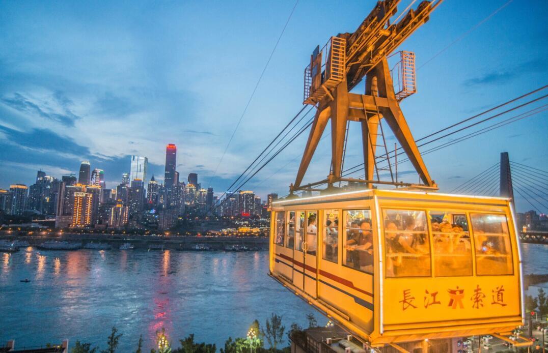 可以是重庆标志性建筑物——解放碑,重庆特色交通工具——长江索道