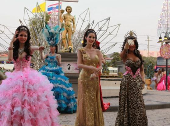 游客打扮中国曼谷红灯区,这些女孩泰国男女渴喜欢摩羯地方生行走的图片