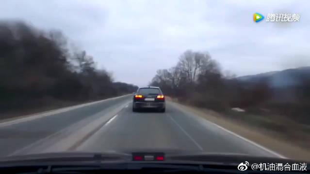 不让超车就跟你拼地板油,宝马M5高速超奥迪差点酿惨剧