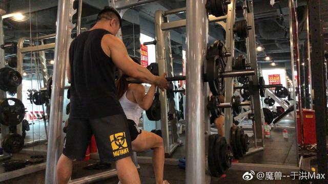 带了几次训练,这是第一次正式带着练臀腿,还没给你什么压力,慢慢会把强度继...