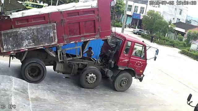昨天和一个修车老师傅聊,说遇到过很多自卸卡车液压缸爆裂的事故,非死即伤...