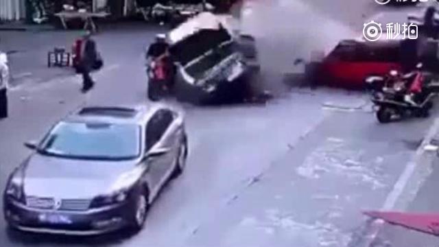 黑色轿车突然加速冲上去,变道处记录仪拍下这一幕
