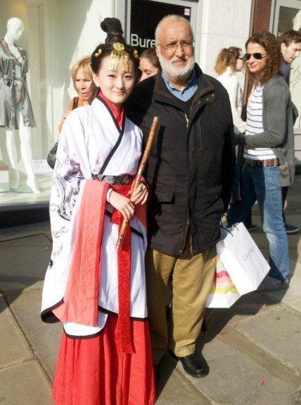美丽的中国女子, 支身一人身穿汉服在英国街头卖艺, 宣传中国文化